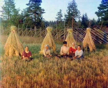 At harvest time. (Russian Empire) 1909. Sergei Prokudin-Gorskii / Public domain