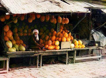 Fruit vendor in Samarkand (Uzbekistan)
